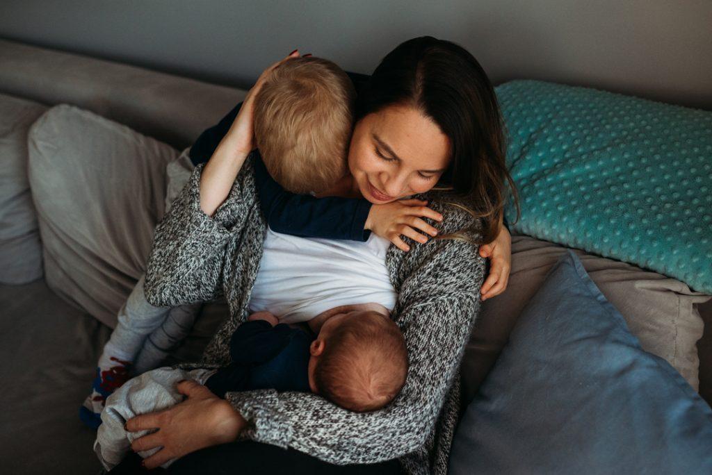 mama karmi niemowlę