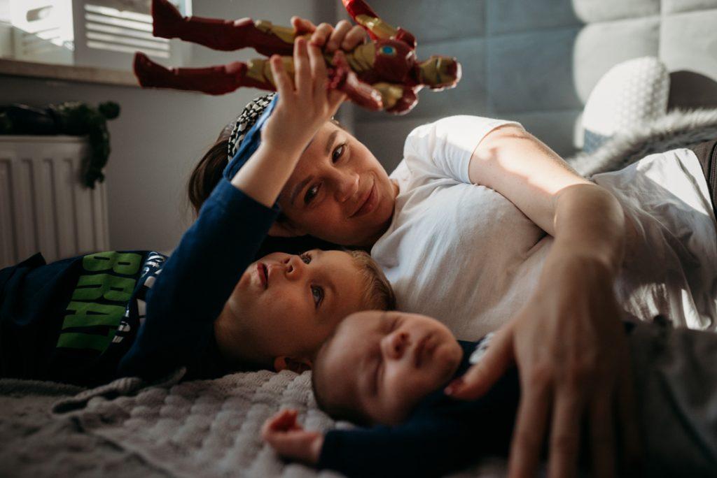 mama z synami zdjęcie z sesji nowordkowej w domu