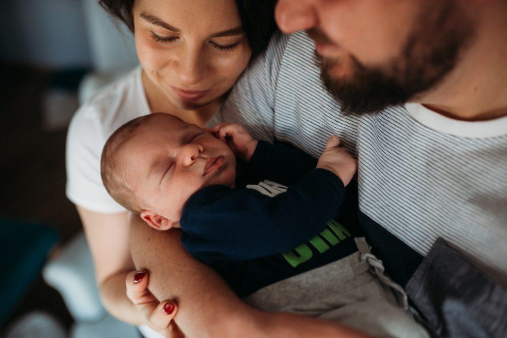 rodzice z noworodkiem sesja zdjęciowa lifestyle