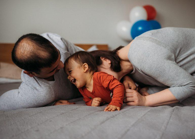 fotografia rodzinna rodzina się śmieje
