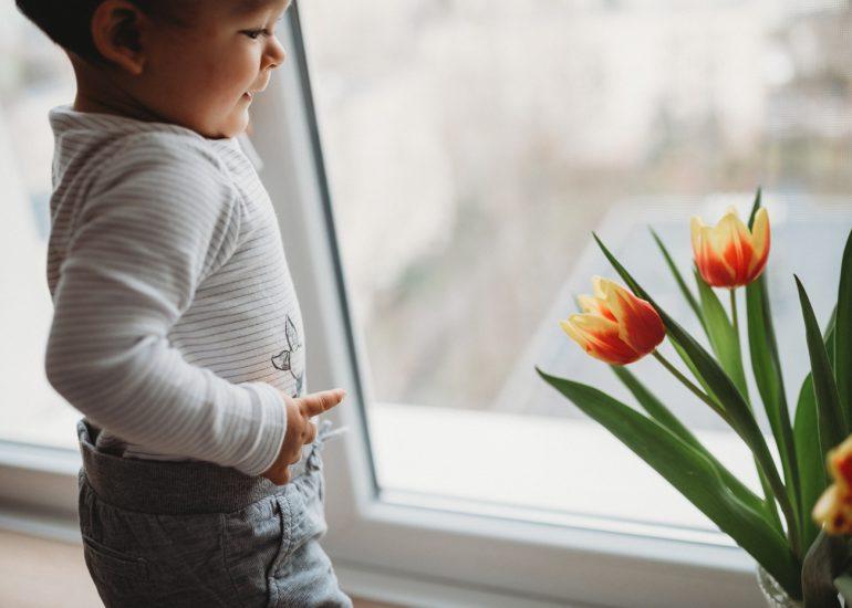 dziecko z kwiatkami