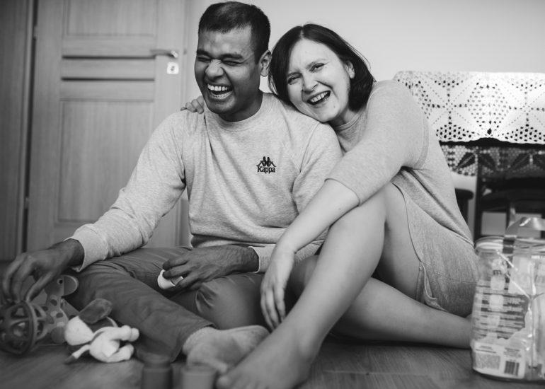 roześmiani rodzice w czasie zesji zdjęciowej