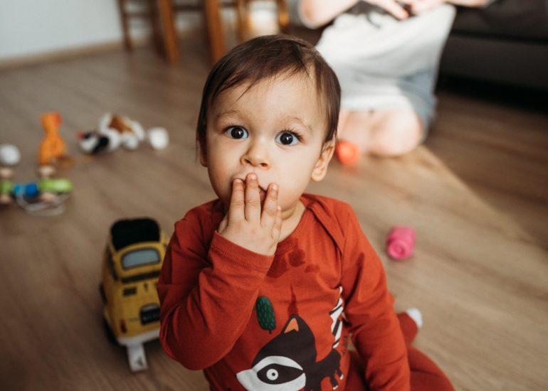 małe dziecko w pokoju