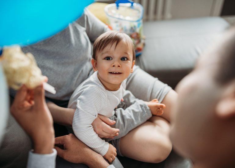 sesja zdjęciowa rodziny w domu chłopiec na kanapie