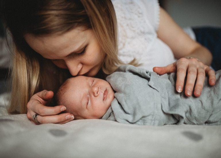 mama całuje niemowlę sesja noworodkowa lifestyle w Łodzi