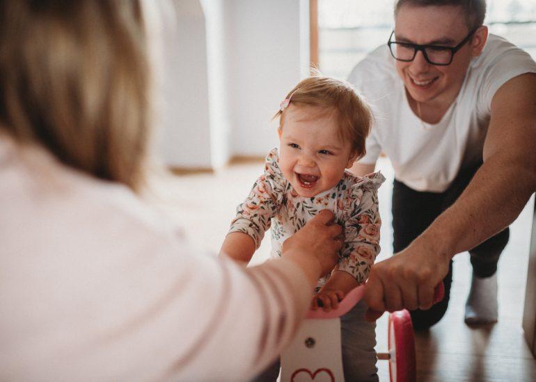 uśmiechnięte dziecko sesja rodzinna lifestyle