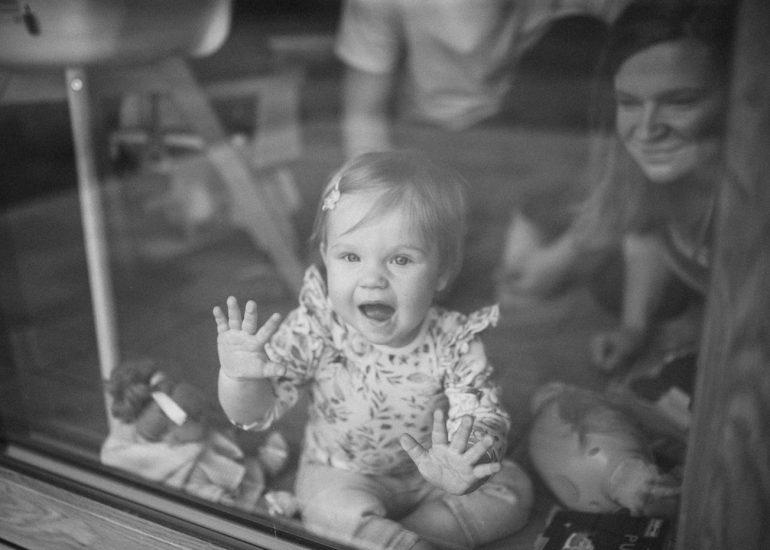 niemowlę w oknie