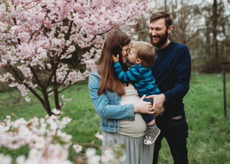 rodzinna sesja zdjęciowa w kwitnących drzewach Łódź